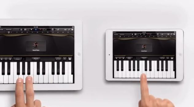 Apple iPad Mini: video duetto al pianoforte con l'iPad tradizionale