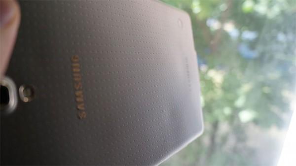 Samsung Galaxy Tab S 8.4: la cover posteriore si deforma per il caldo